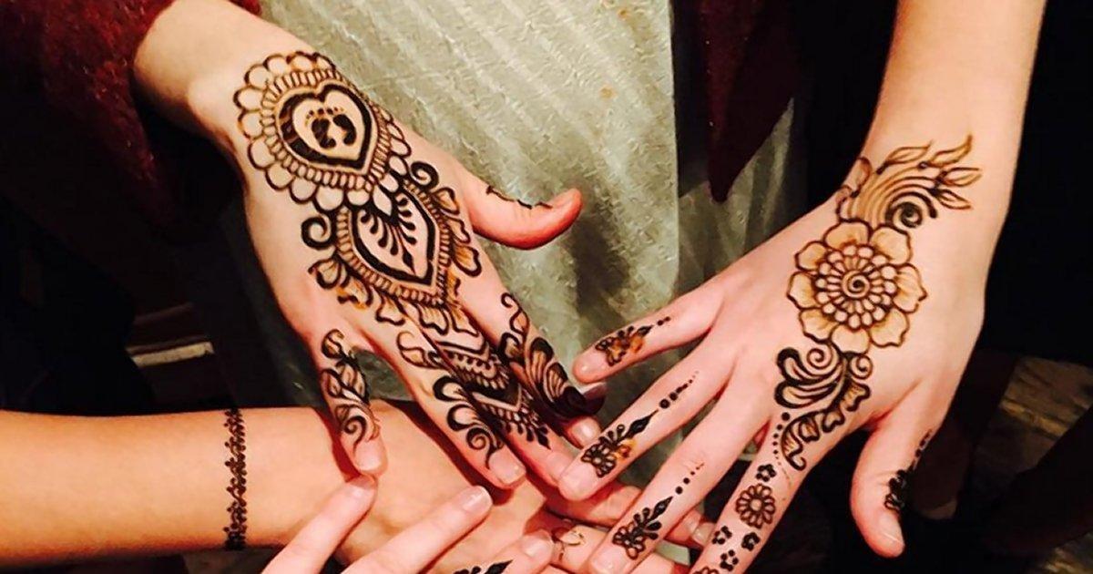 很受欢迎的纹身主题,一群女朋友们在手掌上纹相似的曼陀罗花代表友谊